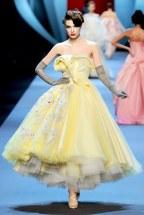 Christian-Dior-défilé-Haute-Couture-robe-jaune