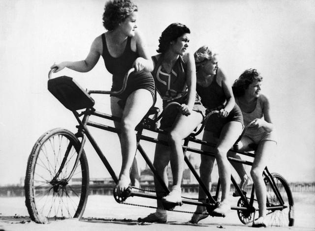 1930: Le bas du maillot se racourcit et devient un shorty.