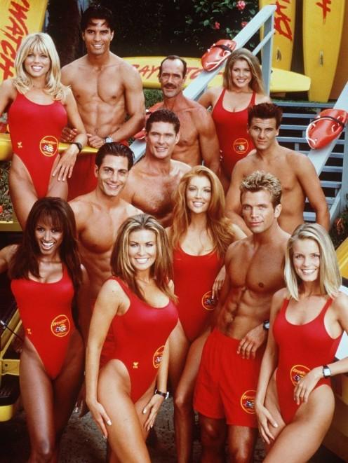 1990: Alerte à Malibu suit la tendance. Les maillots sont préférés très échancrés.