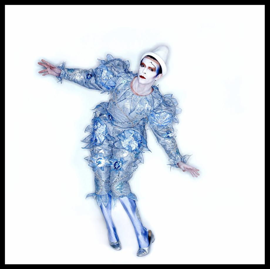 C'est en 1980 avec l'album Ashes to Ashes (1980) que le chanteur présente son look de Pierrot qui deviendra emblématique de tout l'album.