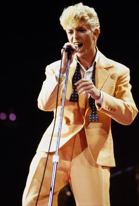 Au début des années 80, il se teint en blond et adopte des bretelles pour intérpréter Let's Dance (1983).