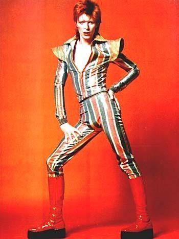 La promotion de son album The Rise and Fall of Ziggy Stardust and the Spiders from Mars lance l'apparition de son premier personnage Ziggy Stardust. Costume extravagant et coiffe orange à l'appuie.